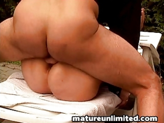 outdoor mommy gets fuck